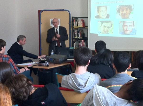Pierre-Yves Hénin et Jean-François Eyraud devant les élèves