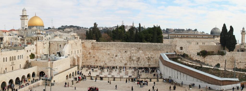 Wikimediacommons - Le Mur des Lamentations dans la vieille ville de Jérusalem. À l'arrière-plan la Mosquée al-Aqsa à droite et le Dôme du Rocher à gauche.